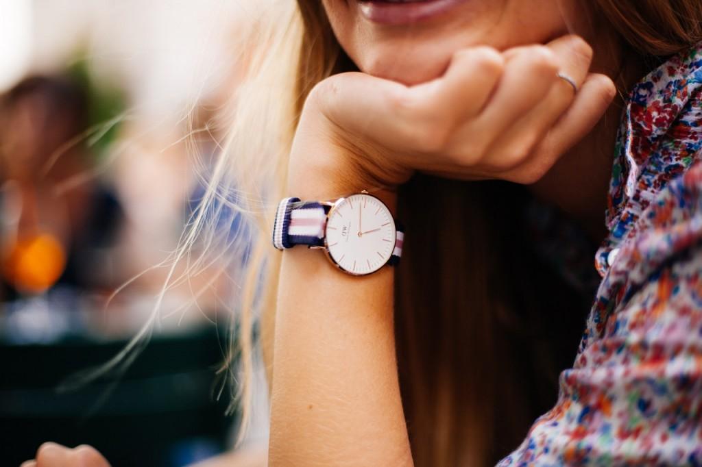 watch-hand_girl